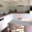 Witte keuken met houtkleurig werkblad